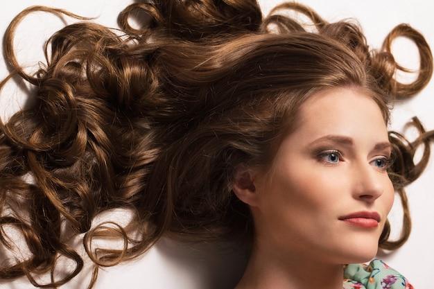 Hermosa chica con el pelo rizado Foto gratis