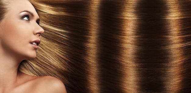 Hermosa chica con perfecto cabello Foto gratis