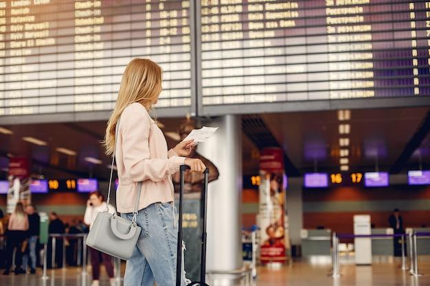 Hermosa chica de pie en el aeropuerto Foto gratis