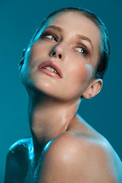 Hermosa chica con piel mojada Foto gratis