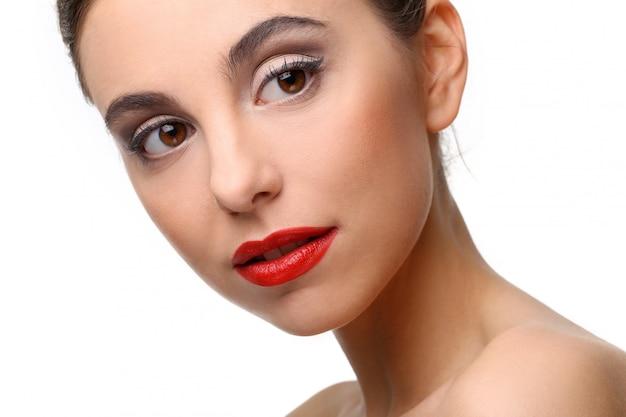 Hermosa chica con piel perfecta y pintalabios rojo Foto gratis