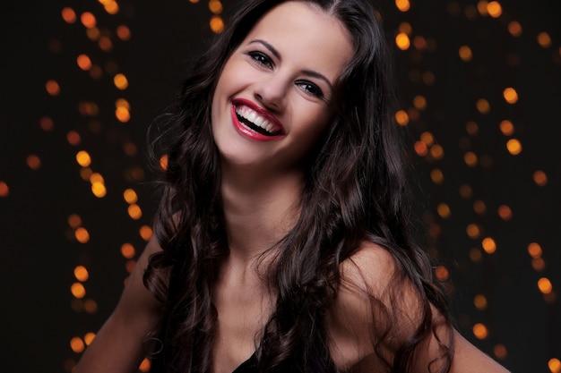 Hermosa chica posando durante la celebración de la fiesta de año nuevo Foto gratis