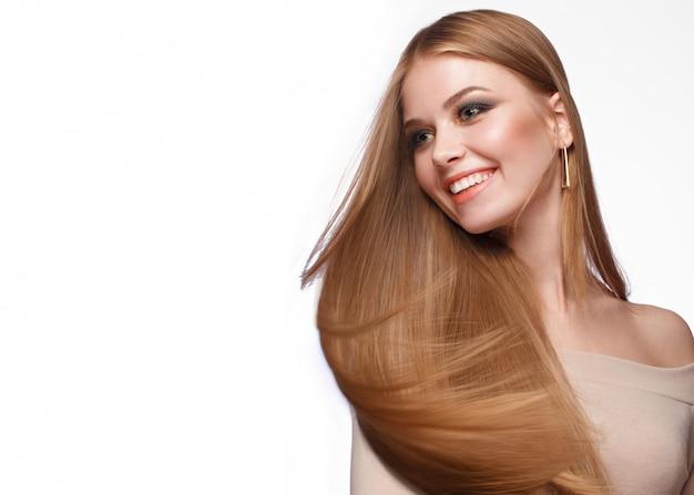 Hermosa chica rubia con un cabello perfectamente liso Foto Premium