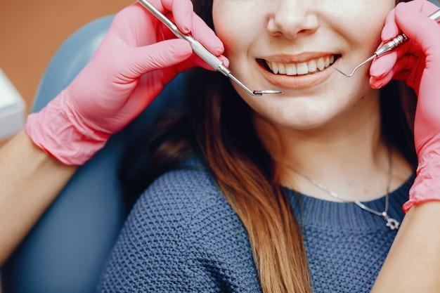 Hermosa chica sentada en la oficina del dentista Foto gratis