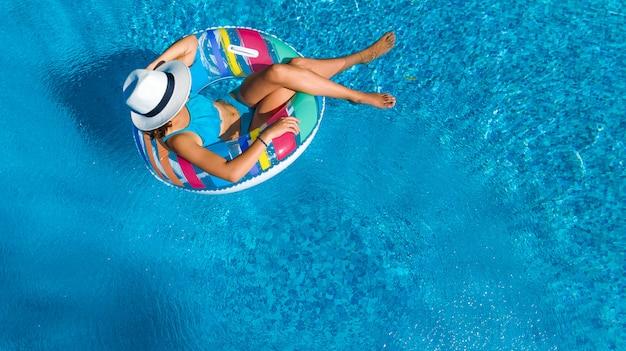Hermosa chica con sombrero en la piscina Foto Premium