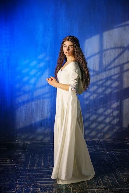 Hermosa Chica En Un Vestido Largo Monja Descargar Fotos