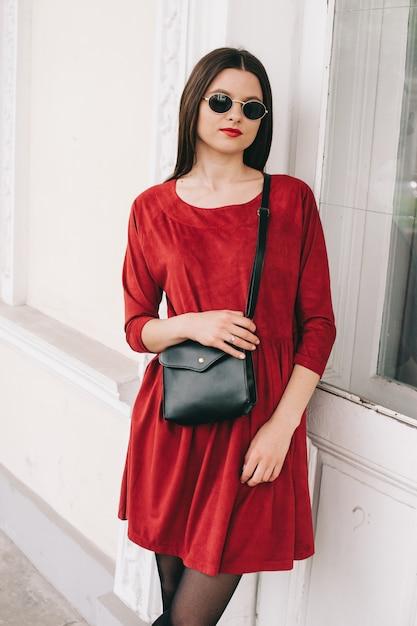 Hermosa Chica En Vestido Rojo Foto Premium