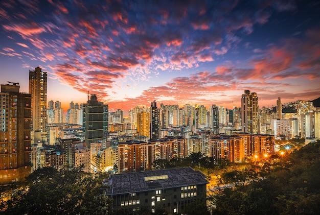 Hermosa ciudad moderna con rascacielos y nubes rosadas en el cielo Foto gratis