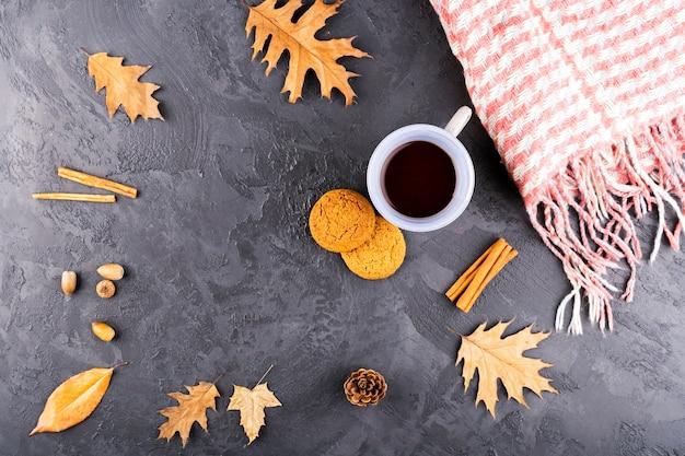 Hermosa composición otoñal con café y bufanda Foto gratis