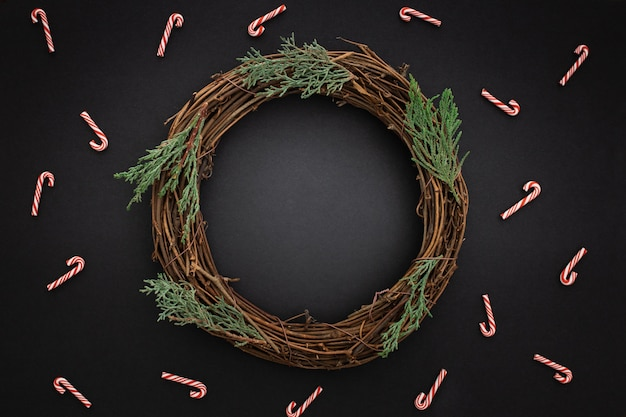 Hermosa corona de navidad de madera Foto gratis