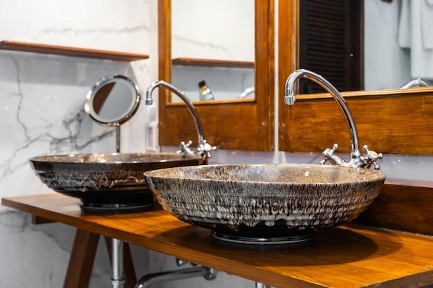 Hermosa decoración interior de lavabo y grifo de agua en el baño. Foto gratis