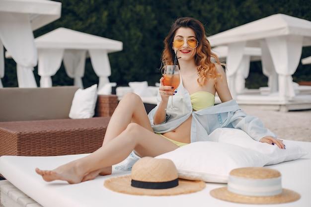 Hermosa y elegante chica en un resort Foto gratis