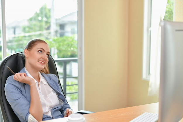 Hermosa empresaria está trabajando en la oficina Foto Premium