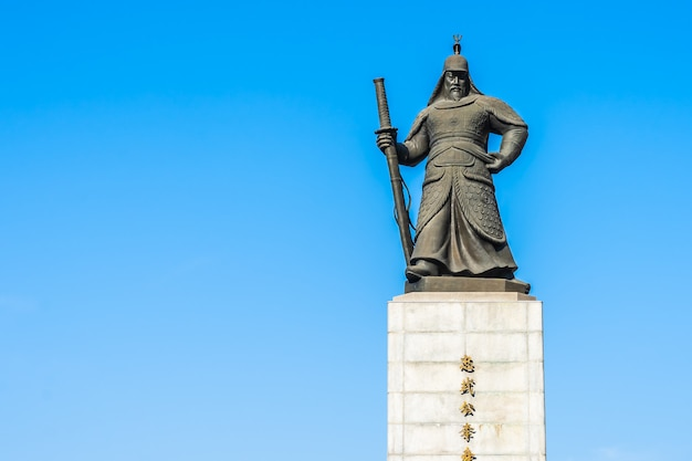 Hermosa estatua del almirante yi sun shin Foto gratis
