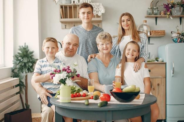 Hermosa familia grande preparar comida en la cocina Foto gratis
