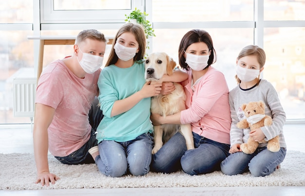 Hermosa familia en máscaras médicas Foto Premium