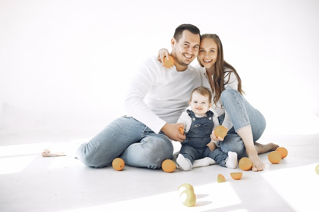 Hermosa familia pasar tiempo en una habitación Foto gratis