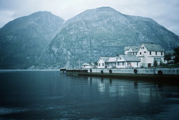 Una hermosa foto de una ciudad costera, casas y un lago Foto gratis