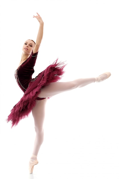 Hermosa y hermosa bailarina en pose de ballet Foto gratis