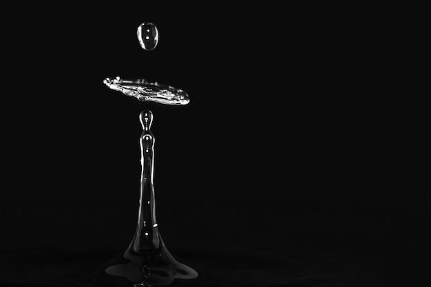 Hermosa ilustración de una salpicadura de agua con un fondo negro Foto gratis