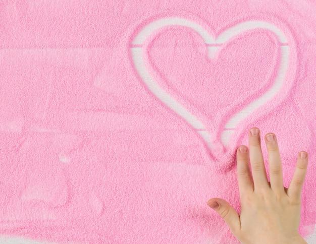 Hermosa imagen del fondo de la mano del niño corazón humano Foto Premium