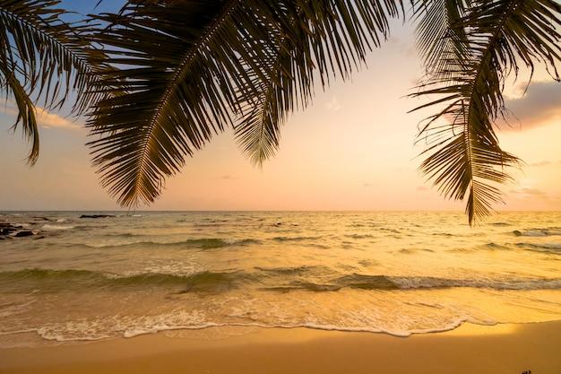 Hermosa isla paradisíaca con playa y mar. Foto gratis