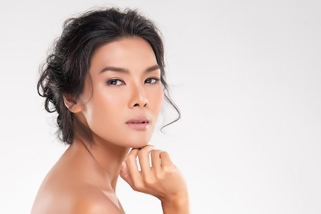 Hermosa joven asiática con piel limpia y fresca. cuidado facial, tratamiento facial, concepto de belleza y cosmética. Foto Premium