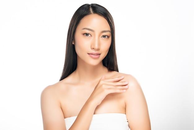 Hermosa joven asiática con piel limpia y fresca, Foto Premium