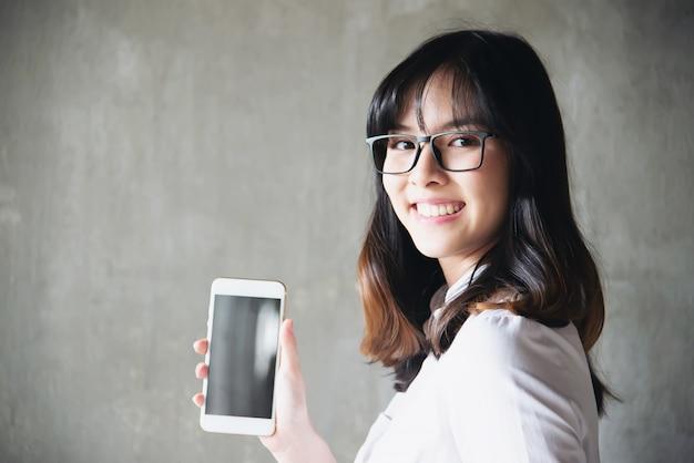 Hermosa joven asiática portriat - concepto de estilo de vida mujer feliz Foto gratis