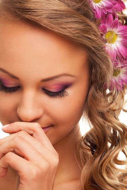 Hermosa joven caucásica con flores Foto gratis