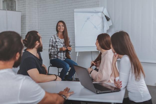 Hermosa joven empresaria líder reunión en la oficina Foto Premium