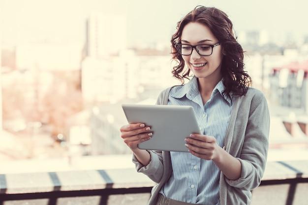 Hermosa joven empresaria está utilizando una tableta digital. Foto Premium