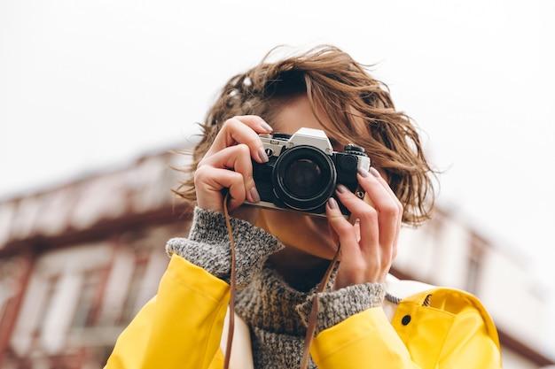 Hermosa joven fotógrafa Foto gratis