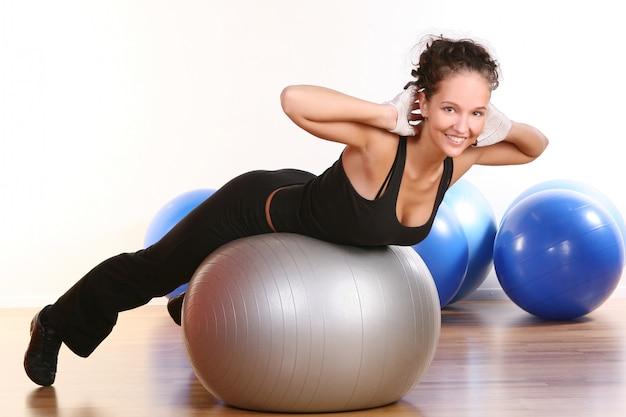 Hermosa joven haciendo fitness Foto gratis