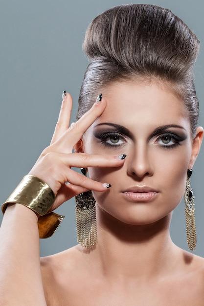 Hermosa joven con maquillaje de noche Foto gratis