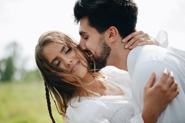 Hermosa joven pareja enamorada Foto Premium