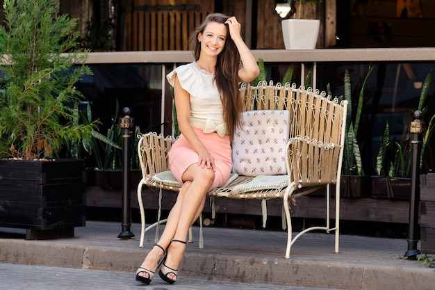 Hermosa Joven Sentada En Un Banco De Metal Cerca De La