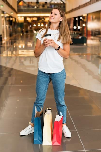 Hermosa joven sosteniendo la taza de café Foto gratis