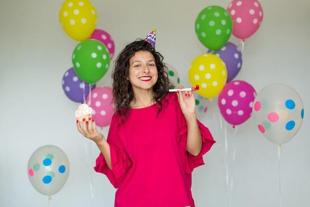 Hermosa linda chica alegre con globos de colores Foto Premium