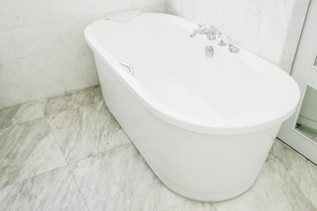 Hermosa y lujosa decoración de bañera blanca en baño interior. Foto gratis