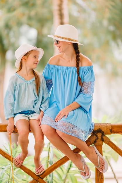 Hermosa madre e hija en la playa caribeña Foto Premium