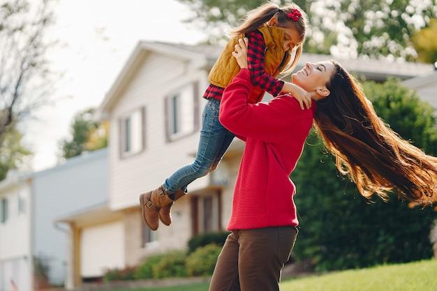 Hermosa madre con su pequeña hija Foto gratis