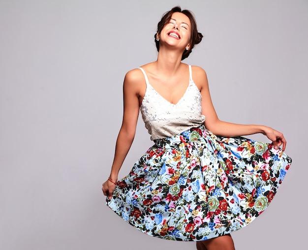 Hermosa modelo morena linda en ropa casual de verano sin maquillaje Foto gratis
