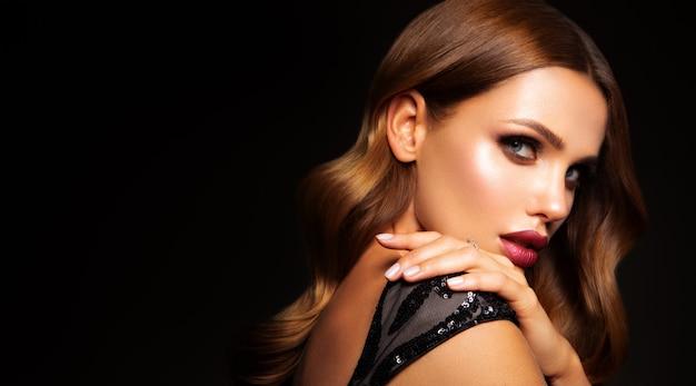 Hermosa modelo con peinado rizado. hermoso maquillaje Foto Premium