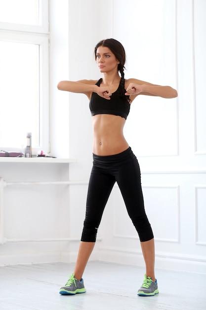 Hermosa morena haciendo ejercicio Foto gratis