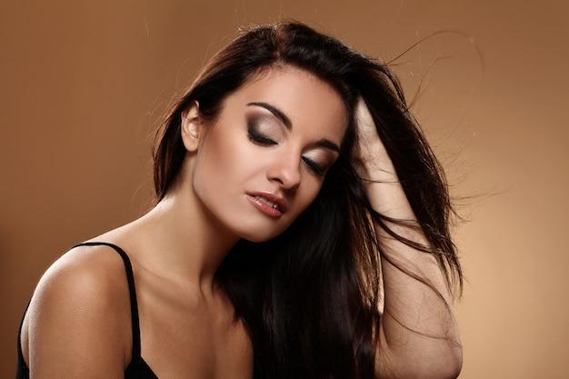 Hermosa morena con maquillaje de noche Foto gratis
