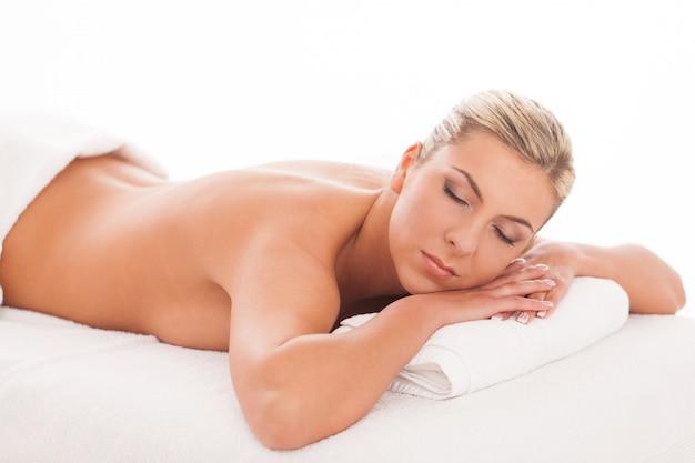 Hermosa mujer acostada en un spa Foto gratis