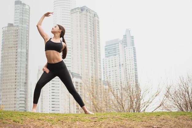 Hermosa mujer adulta haciendo ejercicio Foto gratis
