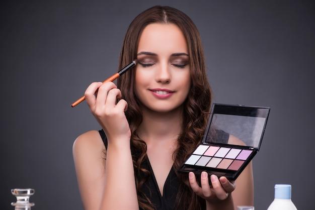Hermosa mujer aplicar maquillaje Foto Premium