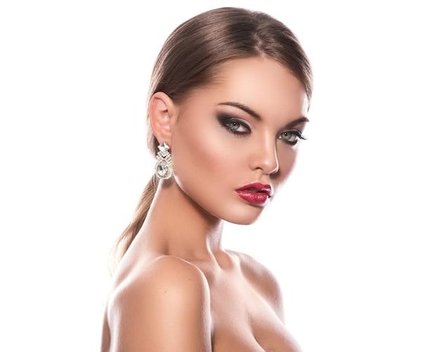 Hermosa mujer con aretes de lujo Foto Premium
